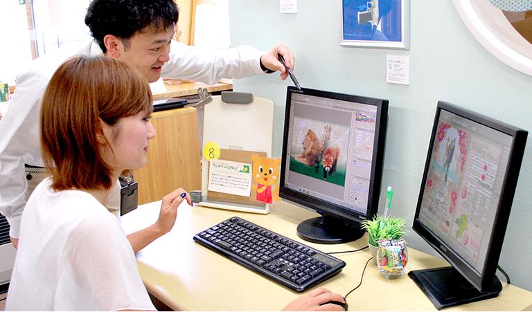 PCの画面を見ながら勉強する写真