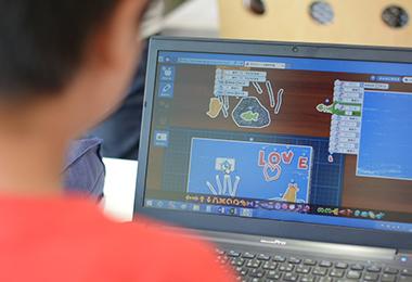 パソコンを操作する子供の写真