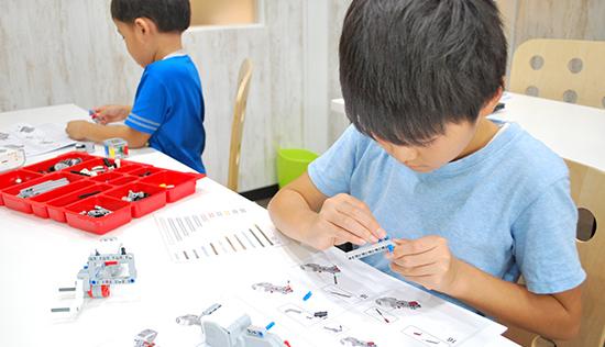 組み立てる子どもたちの写真
